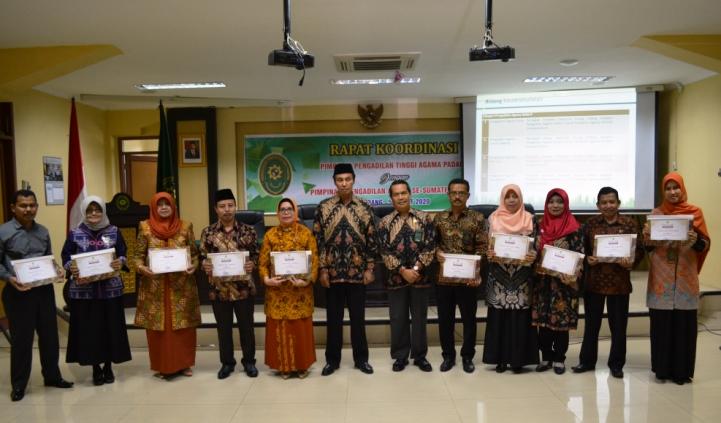 Pemberian Piagam Penghargaan Kepada Pengadilan Agama se Wilayah Pengadilan Tinggi Agama Padang