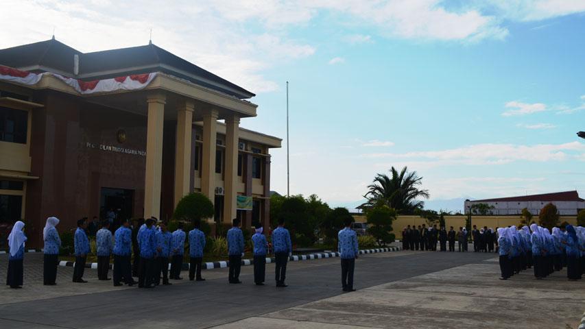 Pengadilan Tinggi Agama Padang Selenggarakan Upacara HUT RI Ke-73